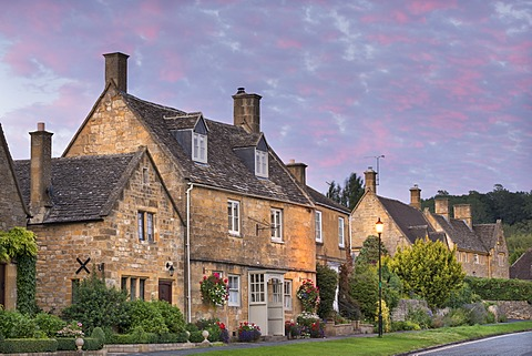 Pretty houses in the picturesque Cotswolds village of Broadway, Worcestershire, England, United Kingdom, Europe
