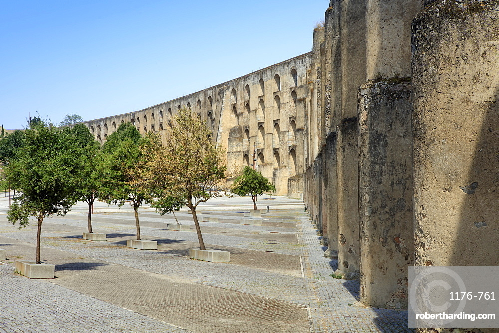 View of the aqueduct in the city of Elvas, UNESCO World Heritage Site, Alentejo, Portugal, Europe