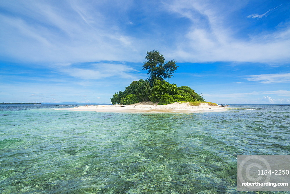 Turquoise water and white sand beach at the stunning little island of Ral off the coast of Kavieng, New Ireland, Papua New Guinea
