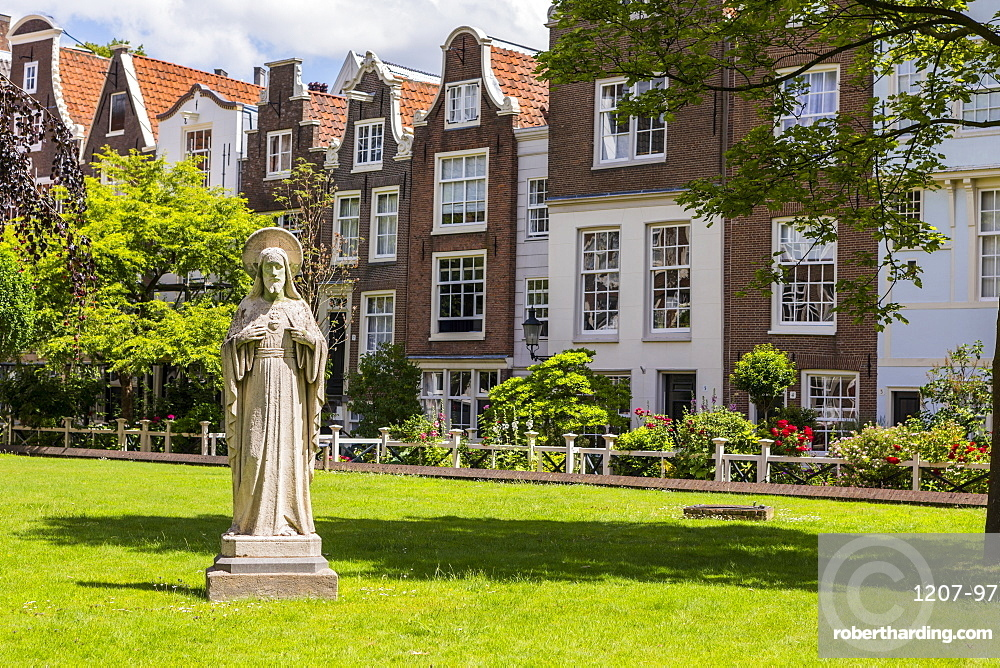 The Begijnhof, one of the oldest inner courts in Amsterdam, Amsterdam, Netherlands, Europe