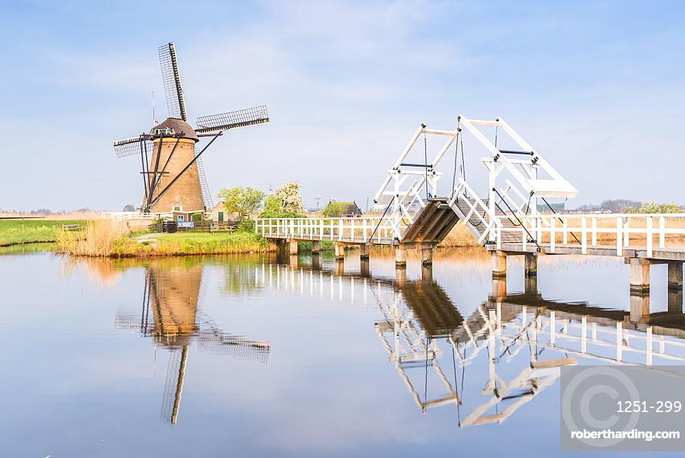 Windmill and sluice on the canal, Kinderdijk, UNESCO World Heritage Site, Molenwaard municipality, South Holland province, Netherlands, Europe