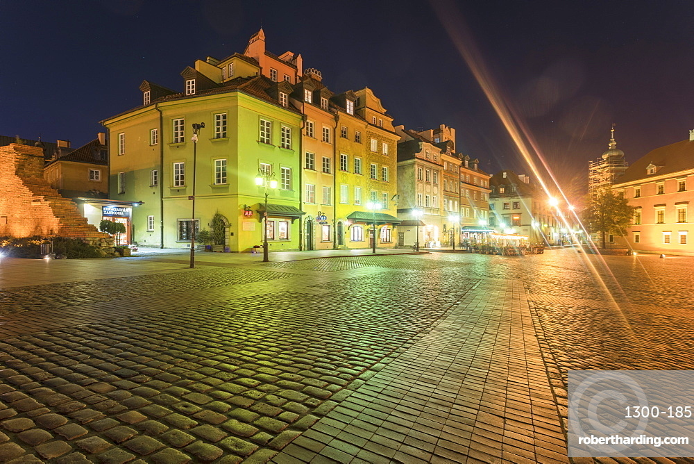 Historic buildings at the Castle Square (Plac Zamkowy) at night, Old city, Warsaw, Poland