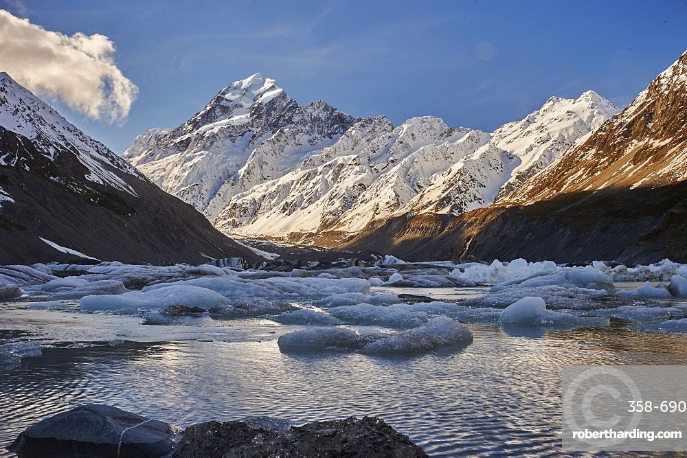 Hooker Glacier Lake in the shadow of Mount Cook (Aoraki), Hooker Valley Trail, Mount Cook National Park, UNESCO World Heritage Site, Southern Alps, South Island, New Zealand, Pacific