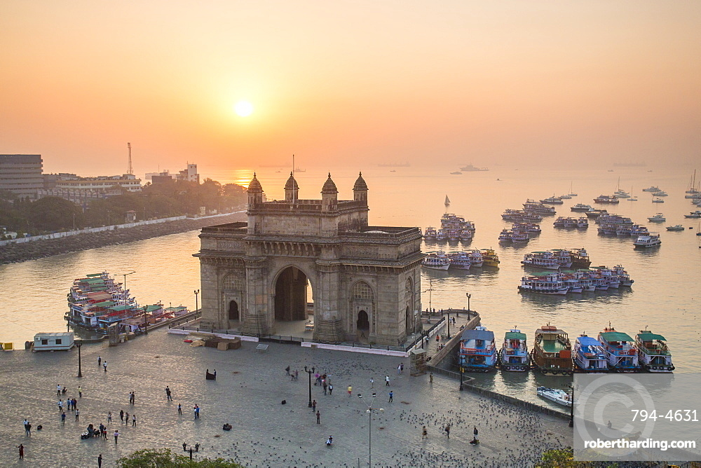 The Gateway of India, monument commemorating the landing of King George V and Queen Mary in 1911, Mumbai, Maharashtra, India, Asia