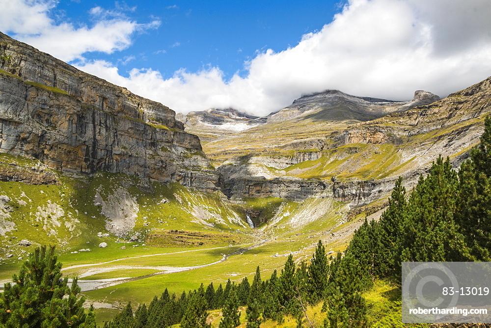 Cola de Caballo waterfall, Rio Arazas, Faja de Pelay trail, head of Ordesa Valley, Ordesa National Park, Pyrenees, Aragon, Spain, Europe