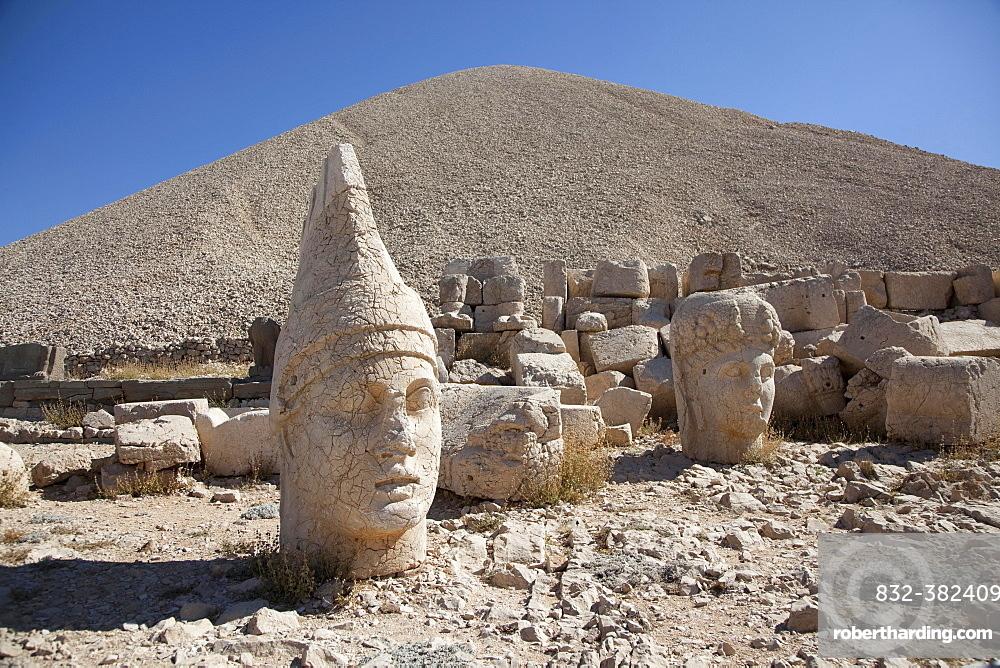 God thrones and gods' heads, Mount Nemrut, sanctuary and tomb, Southeastern Anatolia Region, Turkey, Asia