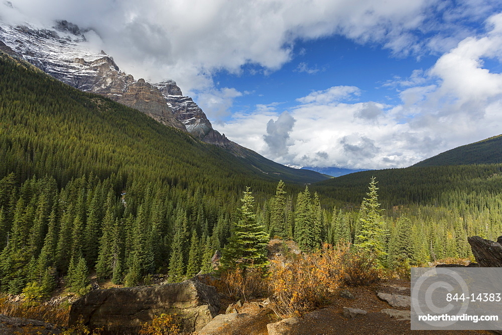Mountainous landscape at Moraine Lake, Banff National Park, UNESCO World Heritage Site, Canadian Rockies, Alberta, Canada, North America
