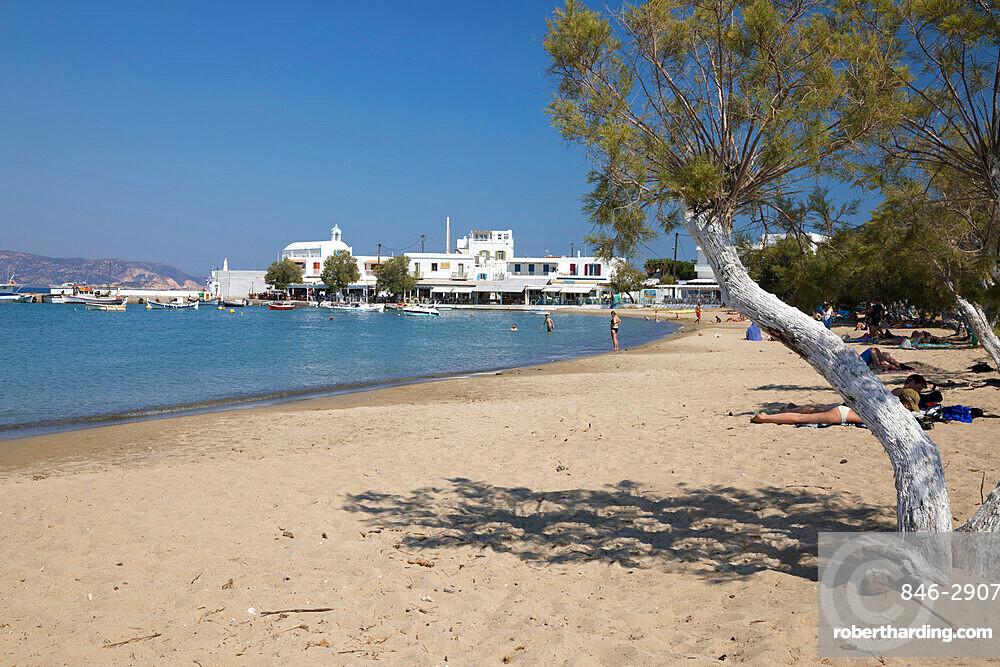 View along white sand beach, Pollonia, Milos, Cyclades, Aegean Sea, Greek Islands, Greece, Europe