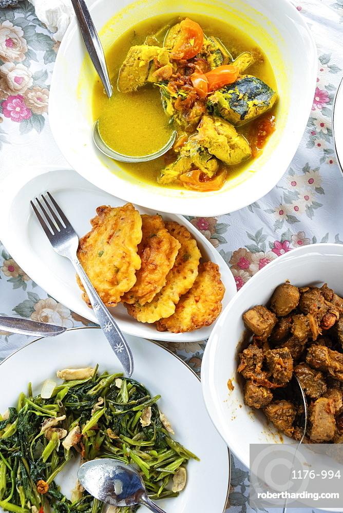 Traditional Spice Islands cooking, Seram, Moluccas (Maluku), Indonesia, Southeast Asia, Asia