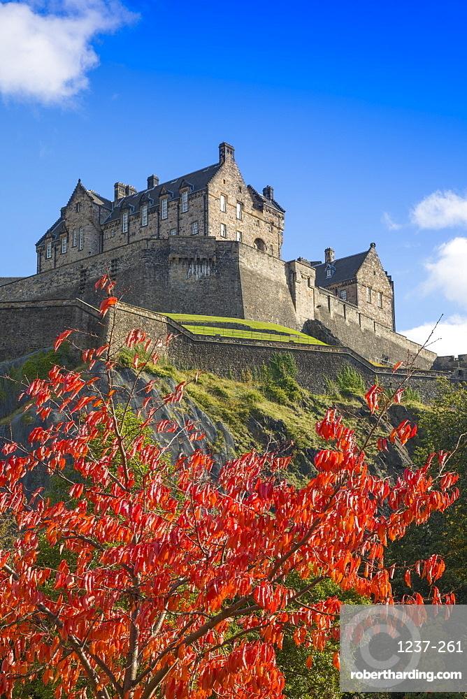 Autumn foliage and Edinburgh Castle, West Princes Street Gardens, Edinburgh, Scotland, United Kingdom, Europe