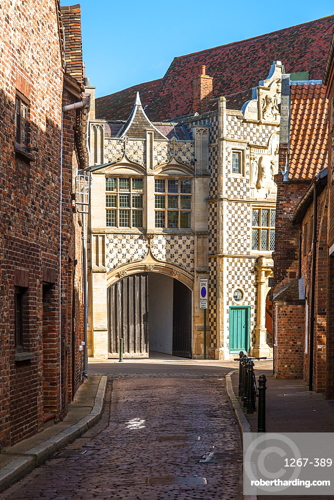 Narrow alleyway leading to Saturday Market Place with Trinity Guildhall and Town Hall, King's Lynn, Norfolk, East Anglia, England, United Kingdom, Europe