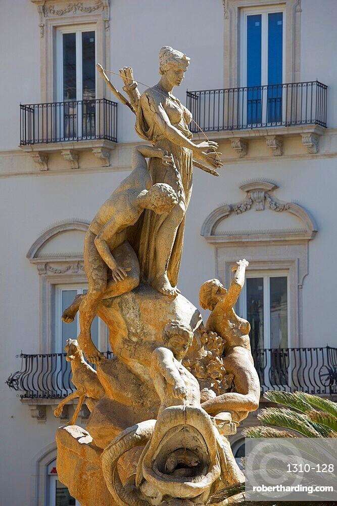 The Fountain of Artemis, aka Fountain of Diana, Piazza Archimede, Ortygia, aka Ortigia, Syracuse, Siracusa, Sicily, Italy