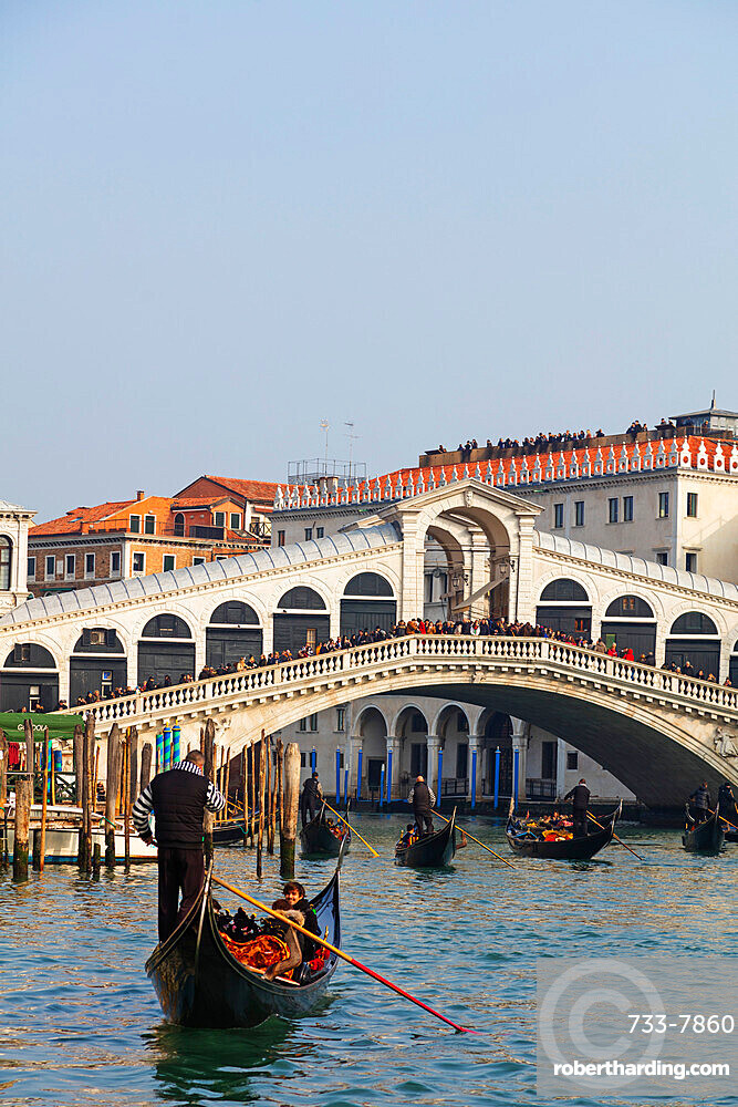 Gondola at Rialto Bridge, Venice, UNESCO World Heritage Site, Veneto, Italy, Europe