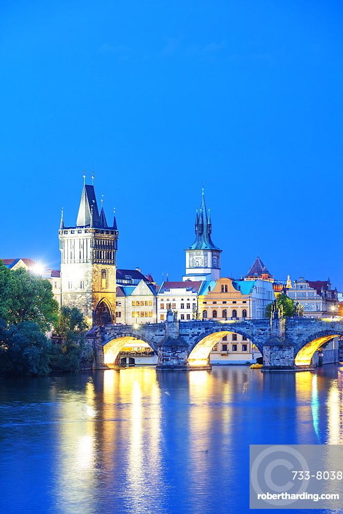 Charles Bridge on the Vltava River, Prague, UNESCO World Heritage Site, Bohemia, Czech Republic, Europe