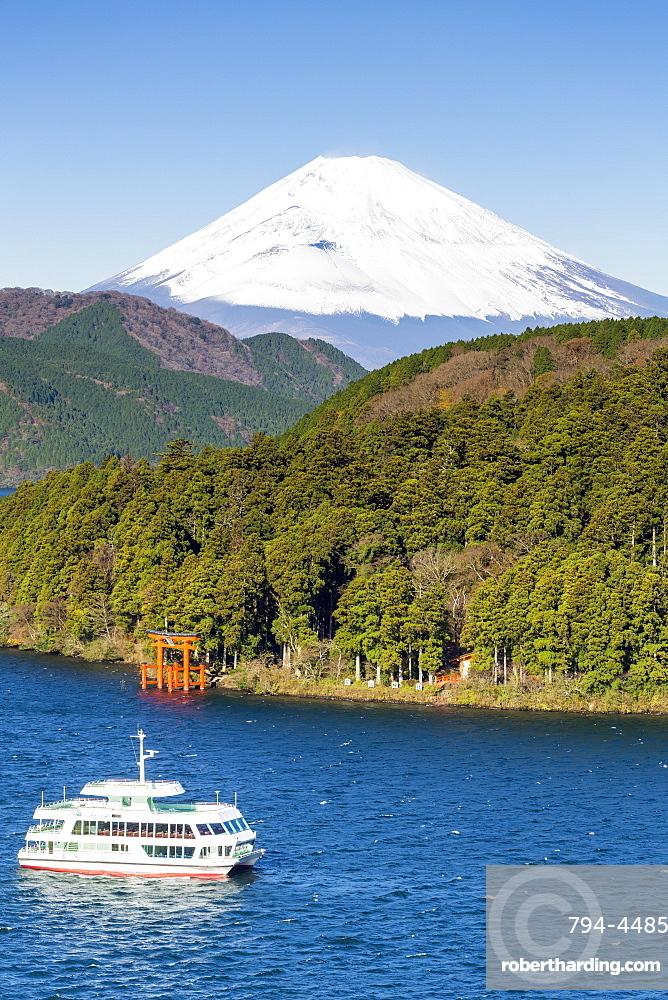 Lake Ashinoko with Mount Fuji behind, Fuji-Hakone-Izu National Park, Hakone, Shizuoka, Honshu, Japan, Asia