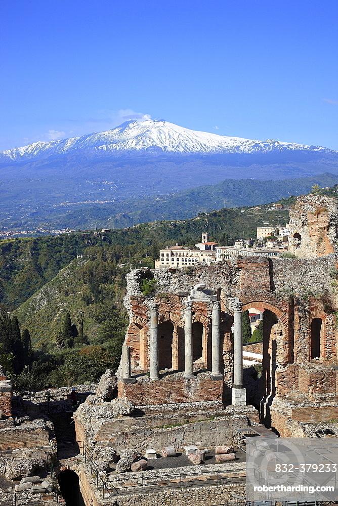 Ruins of the amphitheater, Teatro Antico di Taormina, with a view of volcano Etna, Taormina, Sicily, Italy, Europe