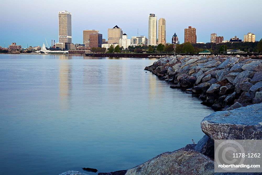 USA, Wisconsin, Milwaukee, City view from Lakefort, USA, Wisconsin, Milwaukee
