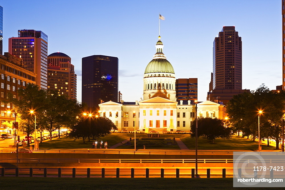 USA, Missouri, St Louis, Old courthouse at night