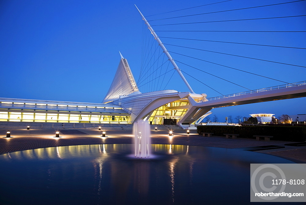 USA, Wisconsin, Milwaukee, Art Museum at dusk