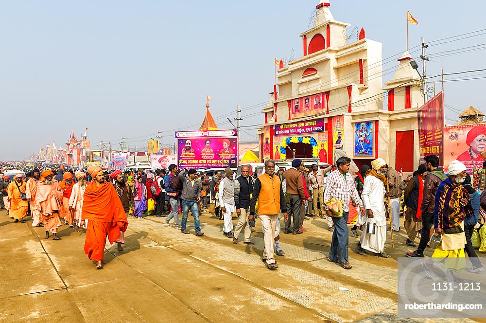 Pilgrims on the way to Allahabad Kumbh Mela, World?s largest religious gathering, Uttar Pradesh, India