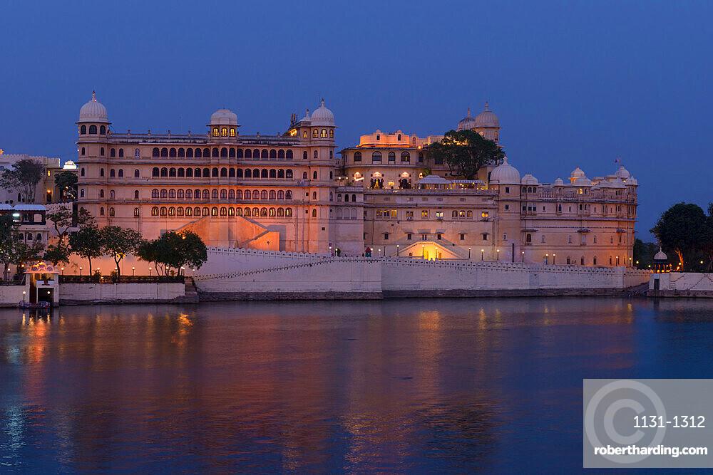 City Palace and lake Pichola at sunset, Udaipur, Rajasthan, India