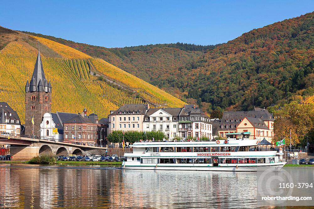 Excursion boat on Moselle River, Bernkastel-Kues, Rhineland-Palatinate, Germany, Europe
