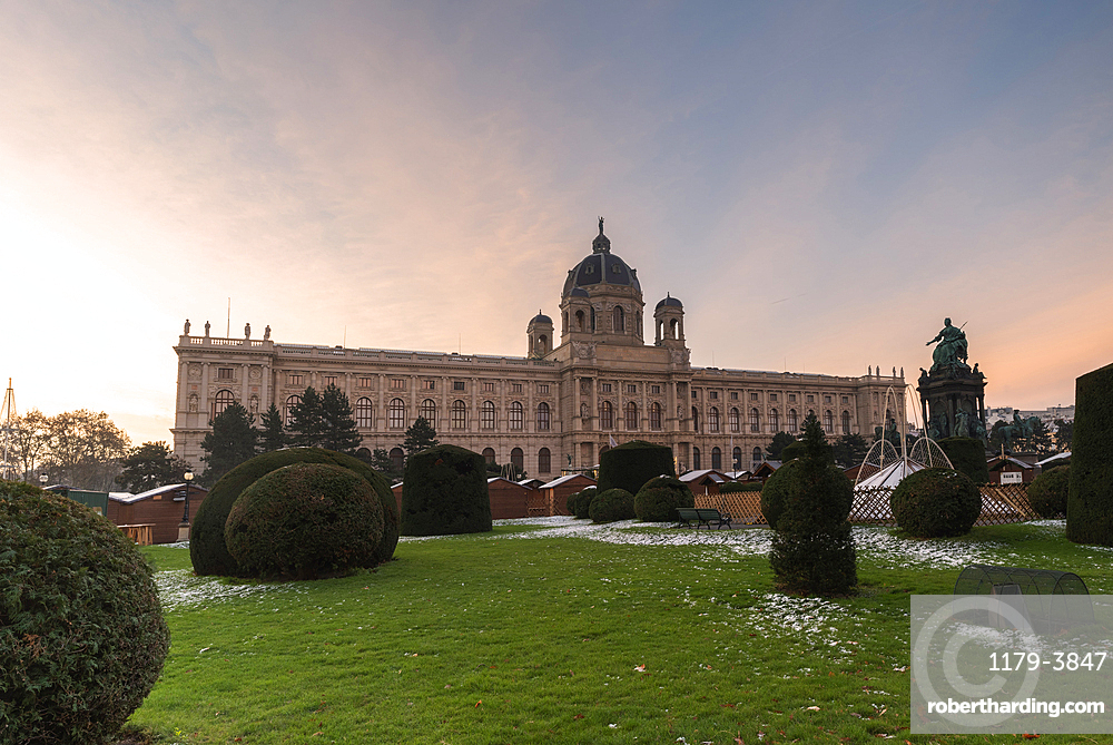 Garden and Christmas markets at the Art History Museum (Kunsthistorisches Museum), Maria-Theresien-Platz, Vienna, Austria, Europe