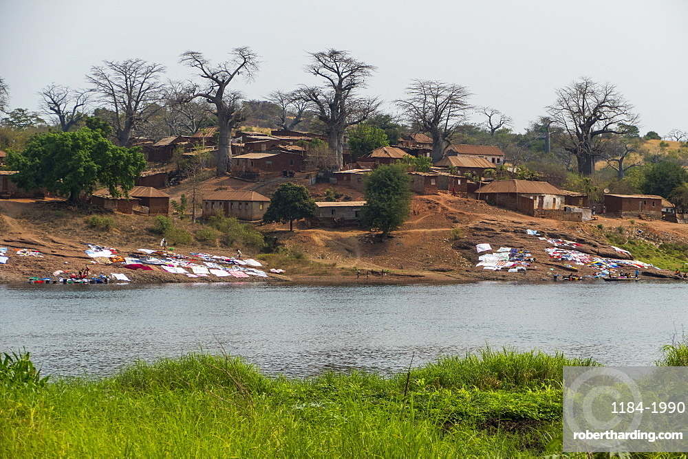 The River Cuanza flowing through the town of Cuanza, Cunza Norte, Angola, Africa
