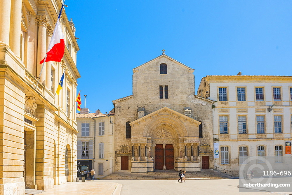 Arles main plaza and Church of St. Trophime, Arles, Bouches du Rhone, Provence, Provence-Alpes-Cote d'Azur, France, Europe