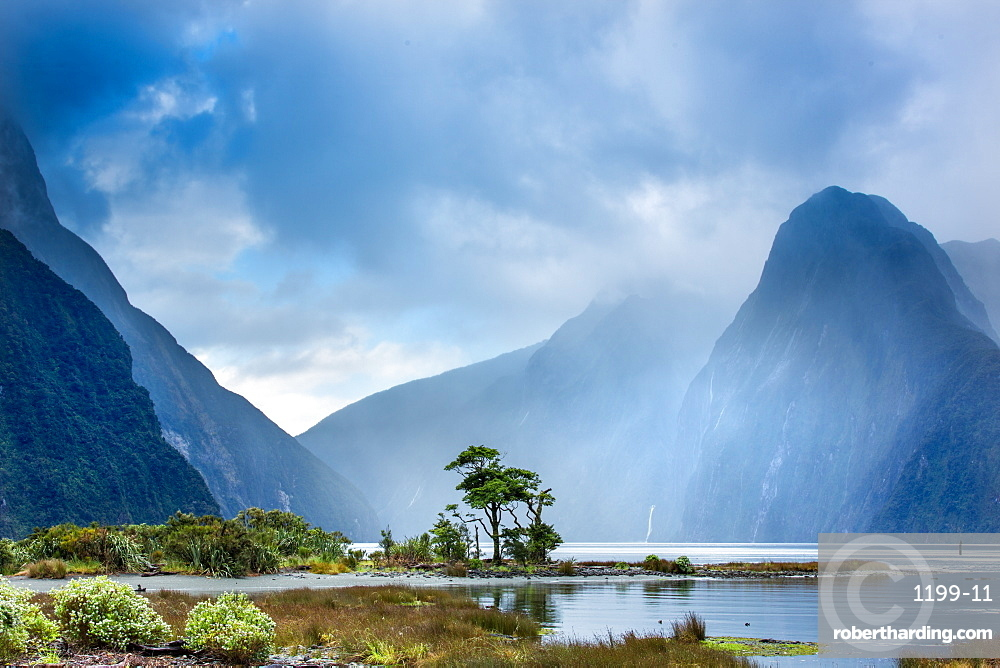 Milford Sound, Fiordland National Park, UNESCO World Heritage Site, Piopiotahi Marine Reserve, South Island, New Zealand, Pacific