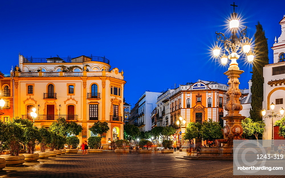 Plaza Virgen de los Reyes leading to Calle Mateos Gago at night, Seville, Andalusia, Spain, Europe