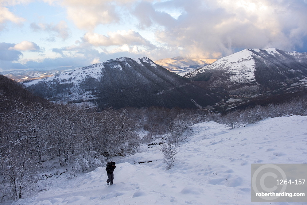 Italy, Umbria, Motette, Hiker in the snow