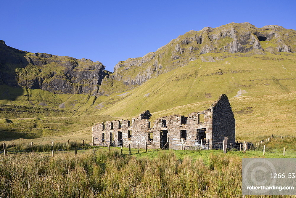 Ruined farmhouse beneath the rocky escarpment of Benbulbin, County Sligo, Connacht, Republic of Ireland, Europe