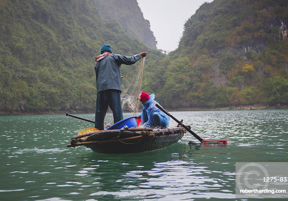 Fishermen in the Lan Ha Bay, Cat Ba Island, a typical Karst landscape in Vietnam, Indochina, Southeast Asia, Asia