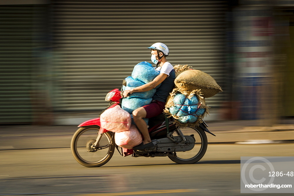 Fully packed mopedist, Ho Chi Minh City, Vietnam, Indochina, Southeast Asia, Asia