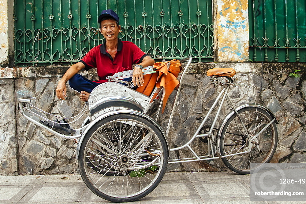 Rickshaw man waiting for a customer, Ho Chi Minh City, Vietnam, Indochina, Southeast Asia, Asia