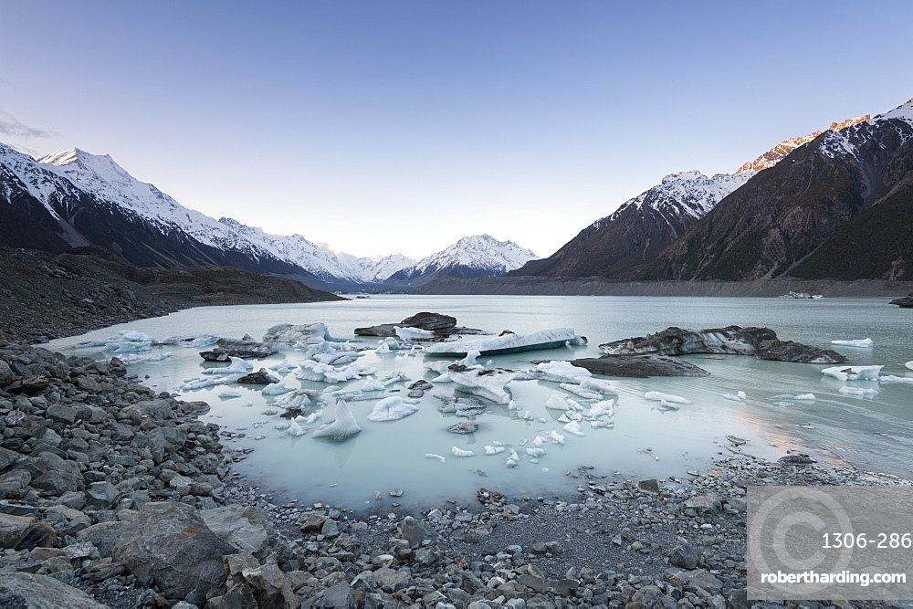 Hooker Glacier Lake, Mount Cook (Aoraki), Hooker Valley Trail, UNESCO World Heritage Site, South Island, New Zealand.