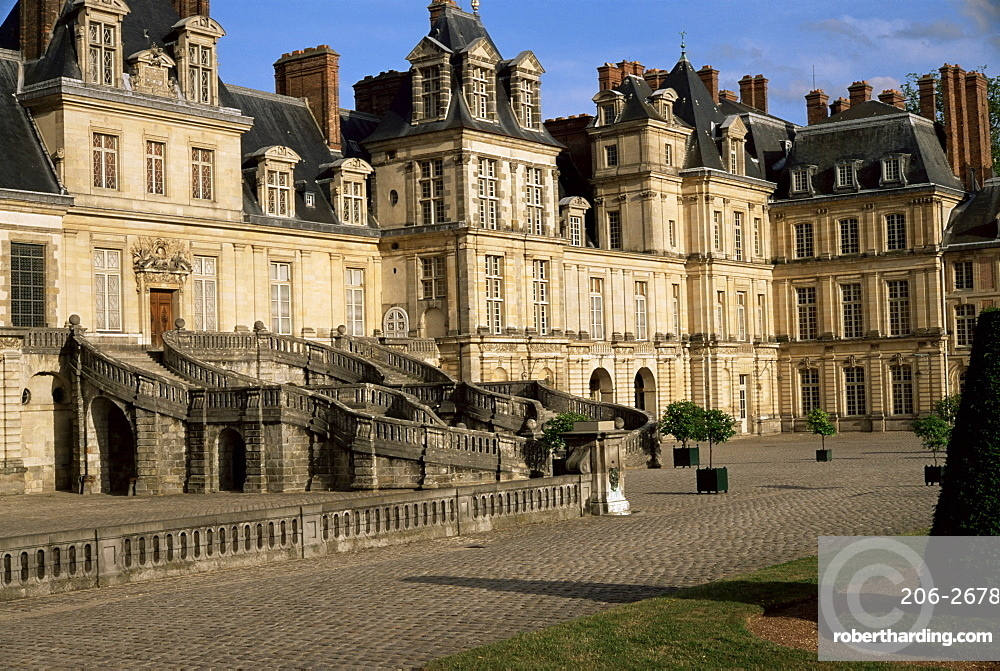Horseshoe staircase dating from 1632-1634, White Horse courtyard (courtyard of Farewells), Chateau of Fontainebleau, UNESCO World Heritage Site, Seine-et-Marne, France, Europe