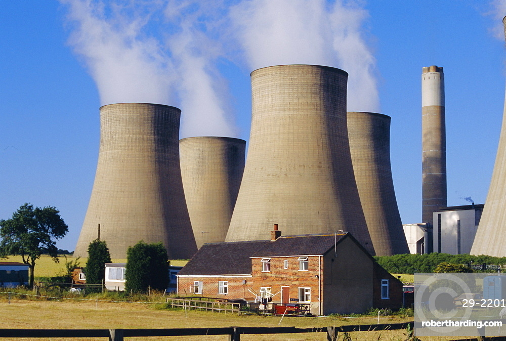 Cooling towers, Radcliffe on Soar Power Station, domestic housing in foreground, Trent Valley, Nottinghamshire, England, UK, Europe