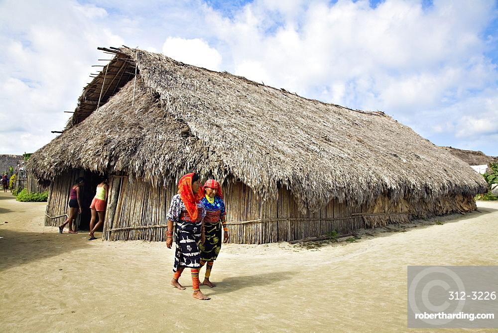Thatched long house, where traditional Kuna ceremonies take place, Isla Tigre, San Blas Islands, Comarca de Kuna Yala, Panama, Central America
