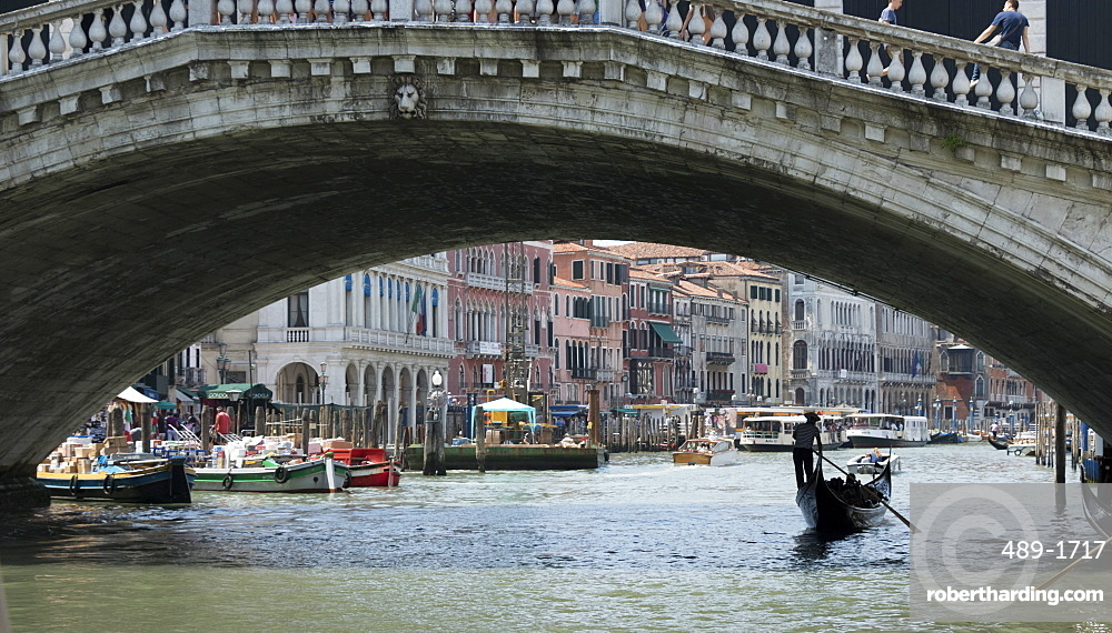 Gondola under Rialto Bridge, Grand Canal, Venice, UNESCO World Heritage  Site, Veneto, Italy, Europe