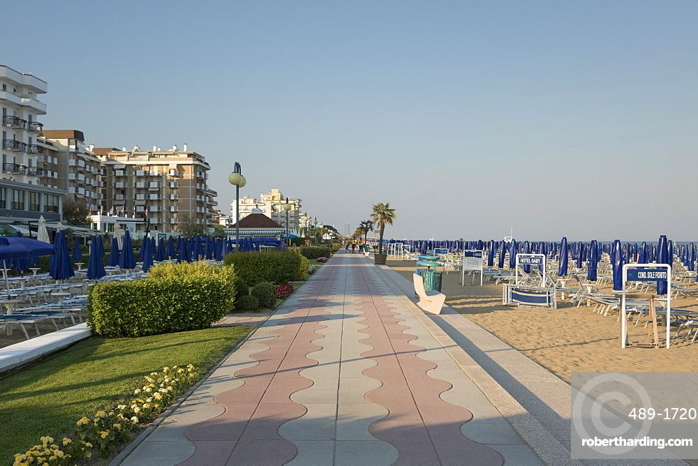 The promenade and beach, Lido di Jesolo, Venice, Veneto, Italy, Europe