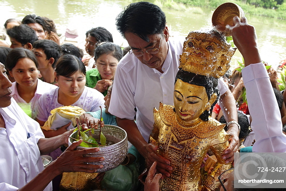 Ceremony of Washing the Nats' Statues, Yadanagu Nats Festival, Amarapura, Mandalay Division, Republic of the Union of Myanmar (Burma), Asia