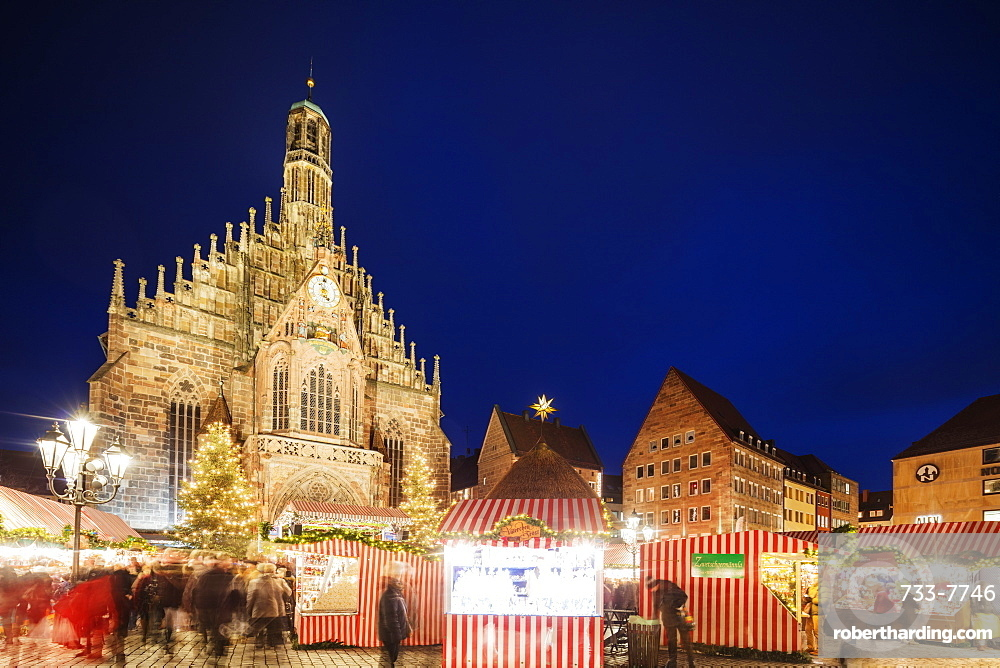 Nuremberg (Nurnberg) Christmas market in Market Square, Frauenkirche (Church of Our Lady), Nurnberg, Franconia, Bavaria, Germany, Europe