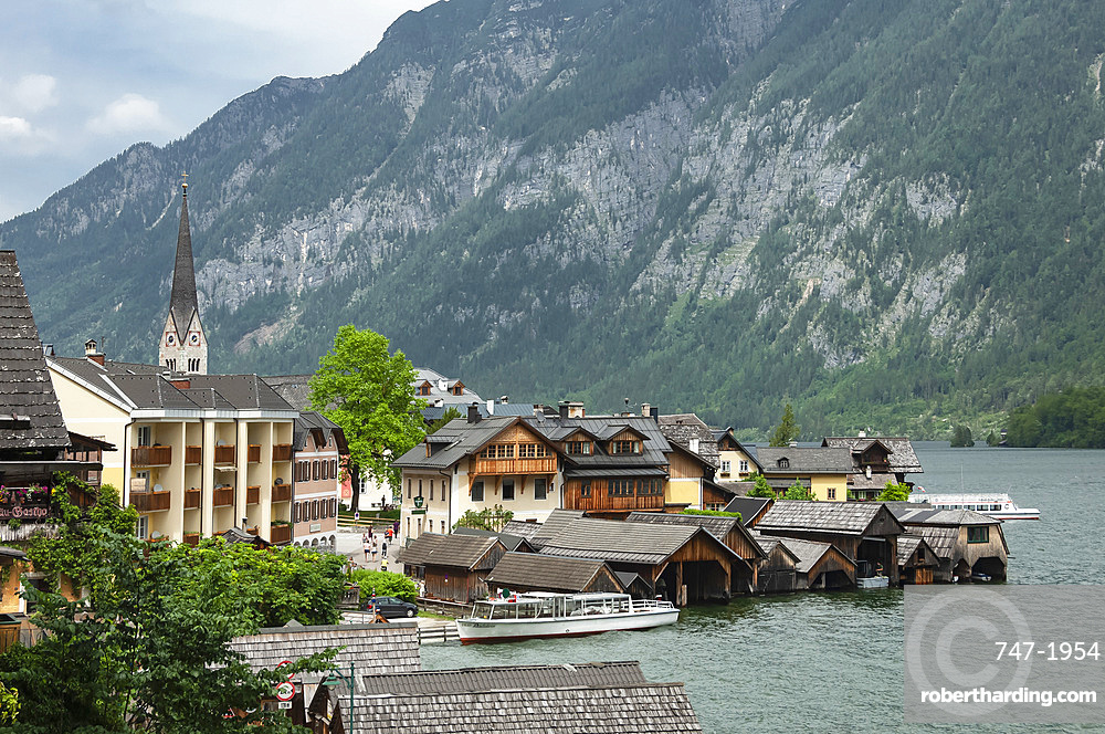 View of 16th century houses of Hallstatt, UNESCO World Heritage Site, on shore of Lake Hallstattersee, in Salzkammergut region, Austria, Europe