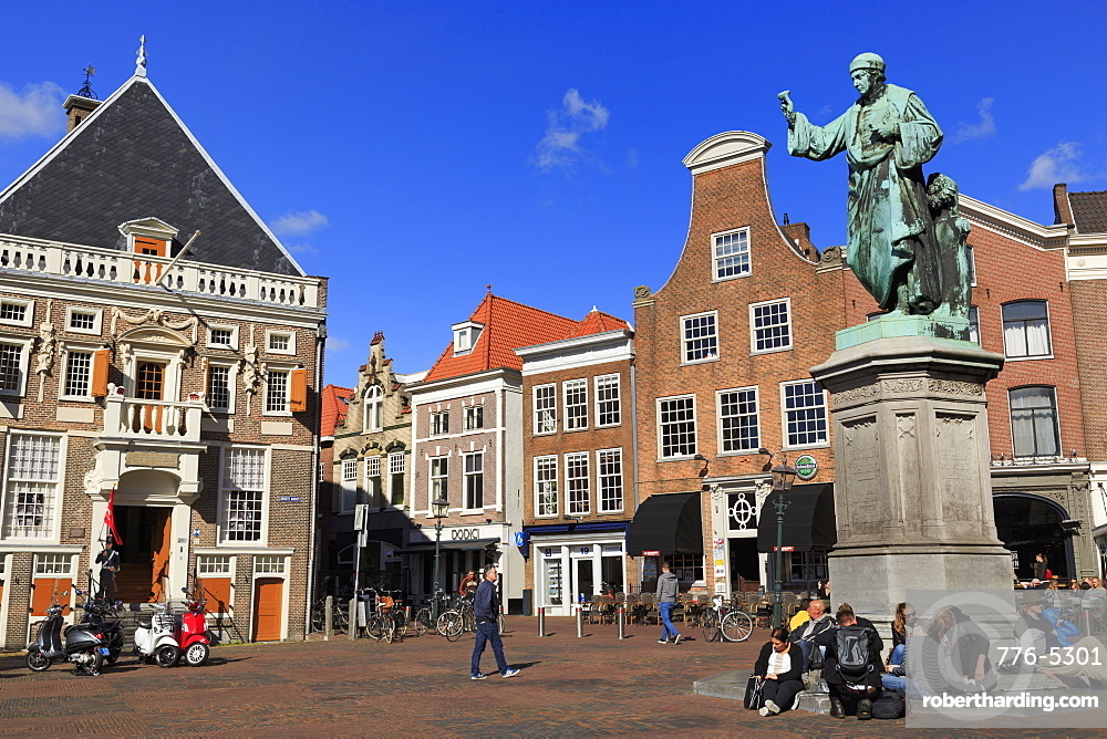 Statue of Laurens Janszoon Coster, Grote Markt (Central Square), Haarlem, Netherlands, Europe