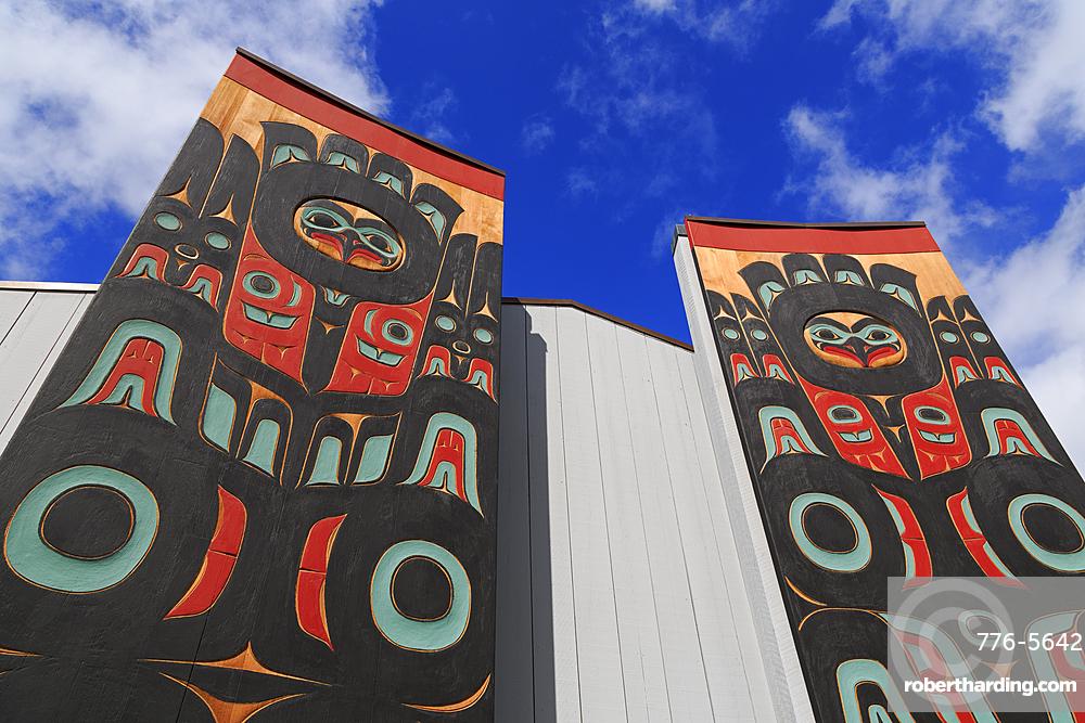 Totem Pole, Sheet'ka Kwaan Naa Kahidi Community House, Sitka, Alaska, USA