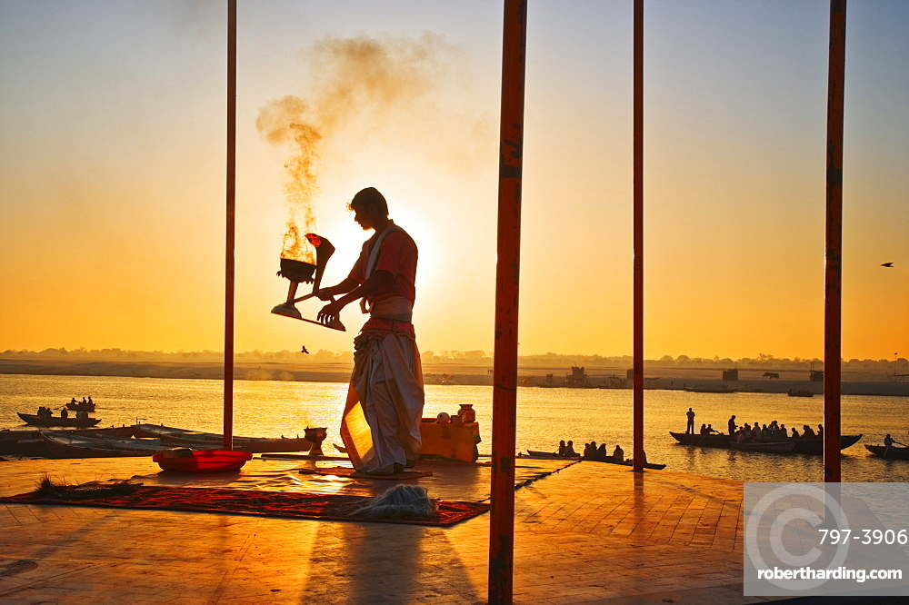 INDIA Uttar Pradesh Varanasi Performing the Ganga Aarti Ceremony at dawn over the River Ganges. India Varanasi Uttar Pradesh Aarti Ceremony River Ganges Faith Hindu Hinduism Tradition Dawn Perform Holy Sacred Sunrise Travel Tourism Holidays Asia Sub-Continent Act Asian Bharat Inde Indian Intiya Performance Public Presentation Religion Religious Hinduism Hindus One individual Solo Lone Solitary
