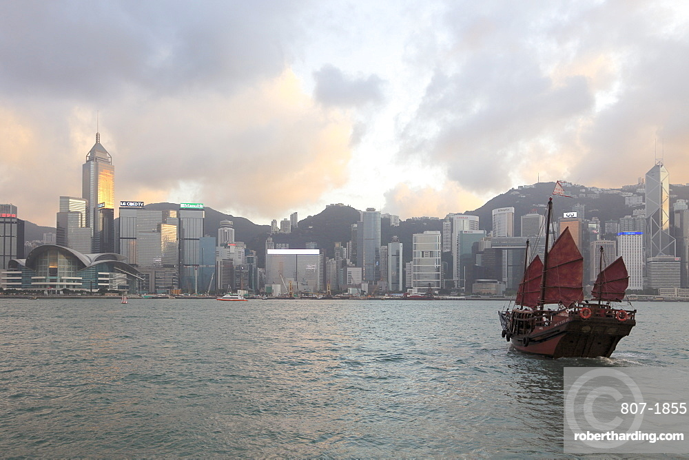Traditional Chinese junk, skyline, Victoria Harbour, Hong Kong Island, Hong Kong, China, Asia