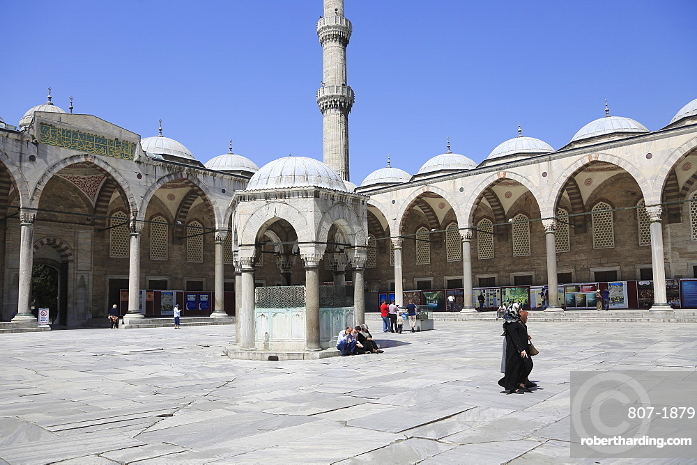 Courtyard, Blue Mosque (Sultan Ahmed Mosque) (Sultan Ahmet Mosque) (Sultanahmet Camii), UNESCO World Heritage Site, Istanbul, Turkey, Europe